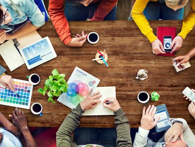 Группа разнообразных дизайнеров, имеющих встречу