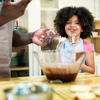 Отец и дочь выпечки на кухне