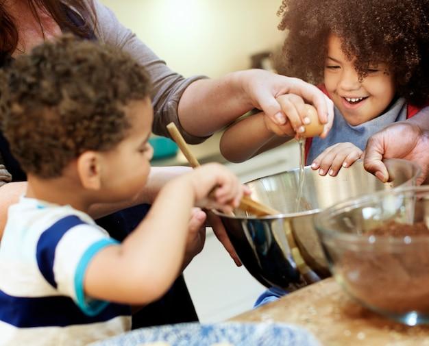 Семья, выпекающая вместе на кухне