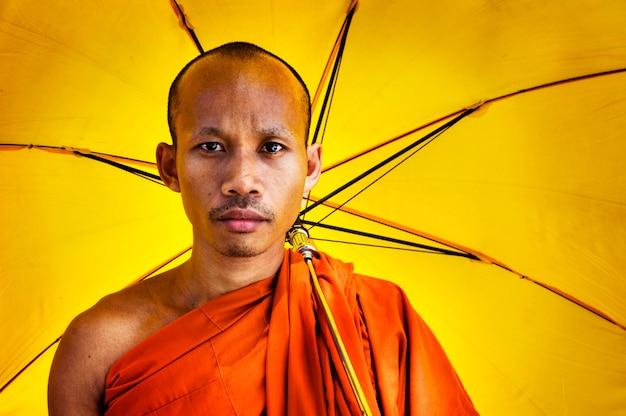 傘を持っている僧侶