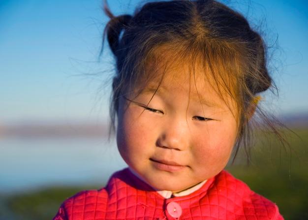 早朝のかわいいアジア人の女の子。