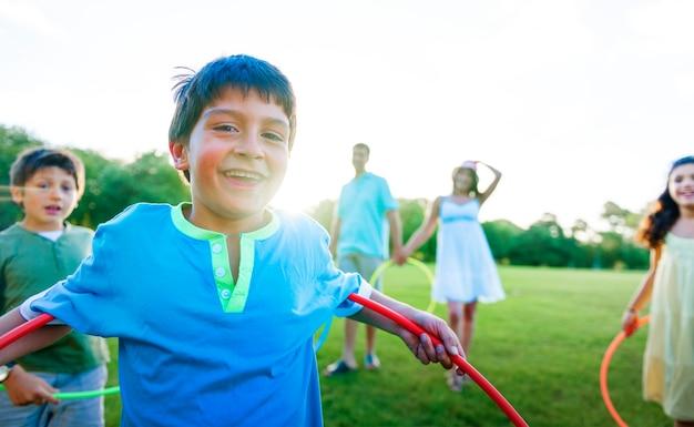 公園で一緒に遊んでいる家族