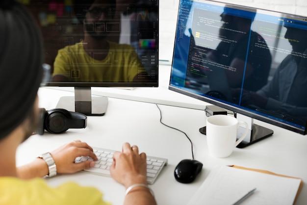 Веб-разработчик пишет программу