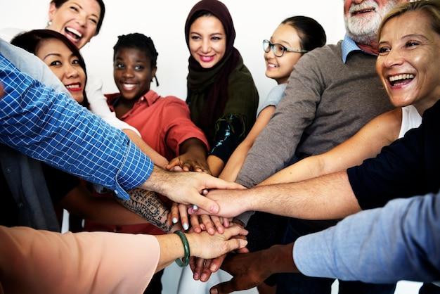 Люди разных возрастов и национальностей, веселятся вместе