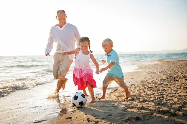 白人の家族が夏休みを楽しんでいます