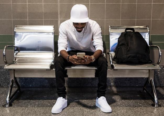 Африканский человек с помощью мобильного телефона