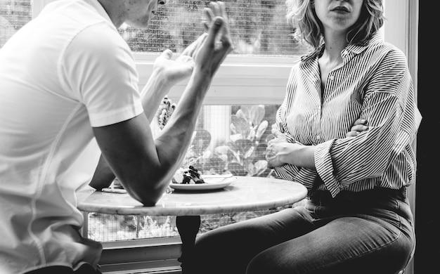 カフェで議論をしているカップル