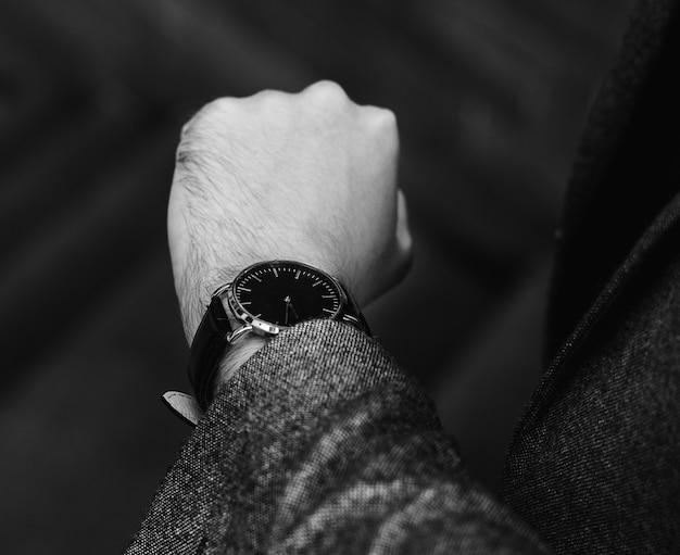 Человек смотрит на часы