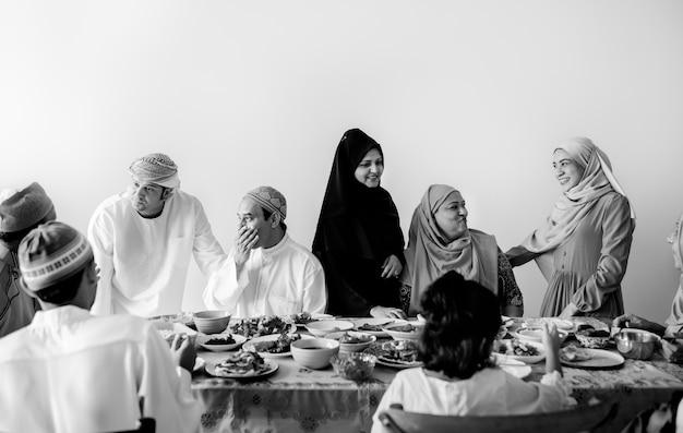 ラマダンの饗宴を持つイスラム教徒の家族