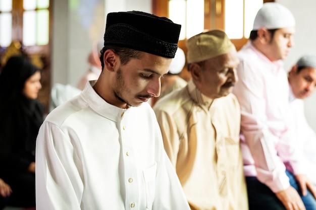 タシャフード姿のイスラム教徒の祈り