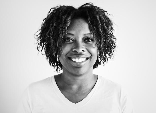 Портрет черная женщина изоляции