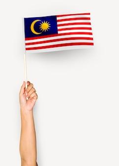 マレーシアの国旗を振っている人