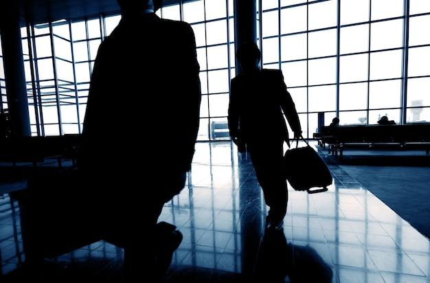 Деловые люди в аэропорту