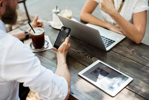 Встреча людей в кафе