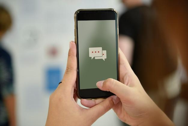 手を携えて携帯電話のスナップ写真を撮る