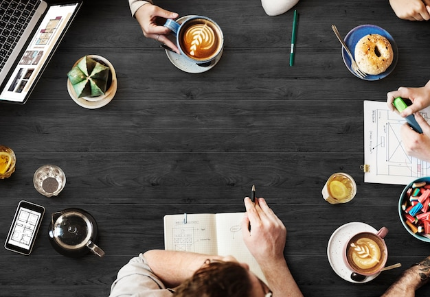 カフェでブレーンストーミングする人々の航空写真