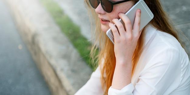 ガール話す会話の電話のコンセプト