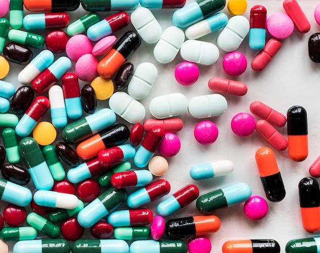 カラフルな丸薬と薬