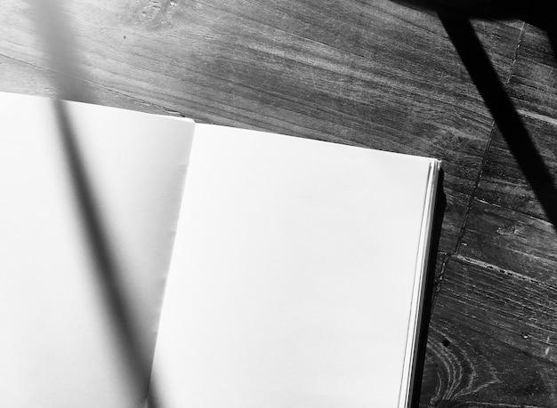 空のノートブックの木製オフィステーブル