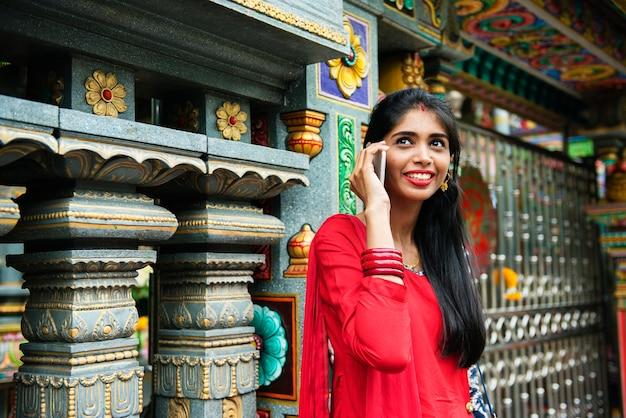 携帯電話を使っているインド人