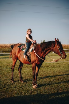 若い女の子が乗馬を楽しんでいます