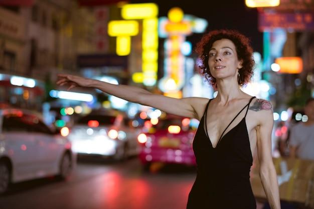 Женщина приветствует такси