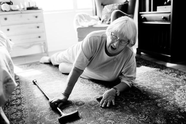 高齢の女性が床に落ちた