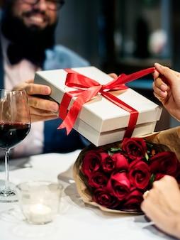 Человек пропускает подарочную коробку