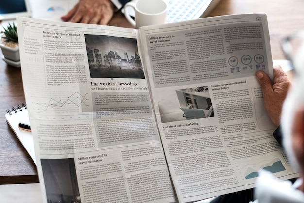 Деловые люди, читающие газету