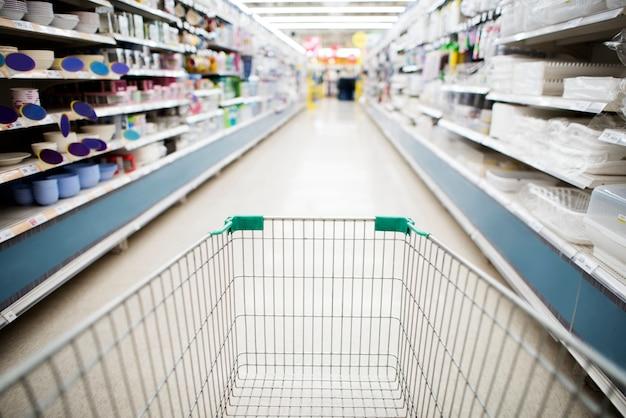 スーパーマーケット通路の食料品ショッピングカート