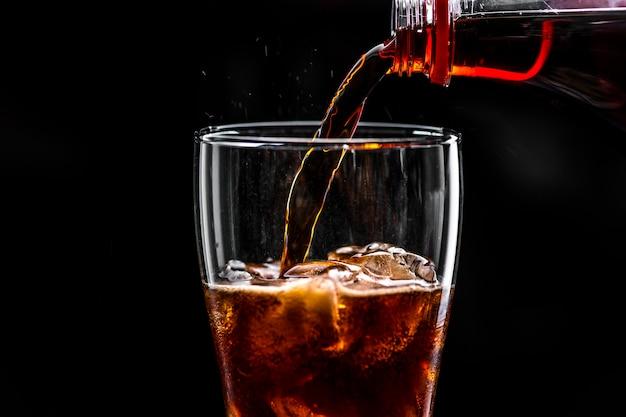 弾力のあるコーラはマクロショットを飲む