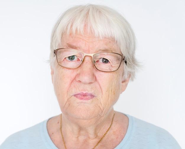 深刻な白い高齢者の女性の肖像
