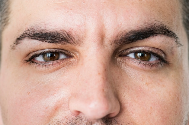 目に白い男のクローズアップの肖像画