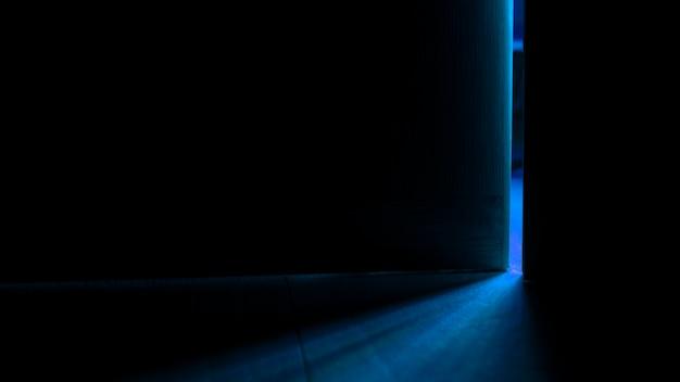 開いたドアからの光