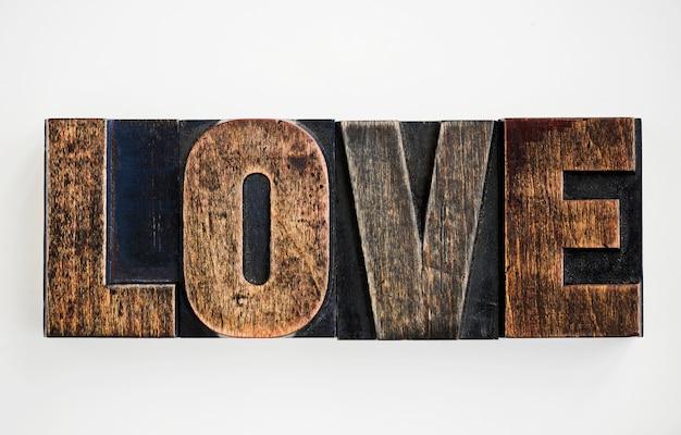 白い背景にある単語愛の拡大