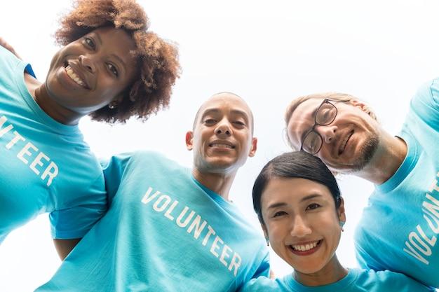 幸せで多様なボランティアのグループ