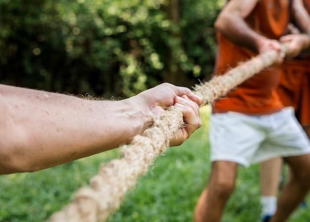 綱引きの成熟した人々