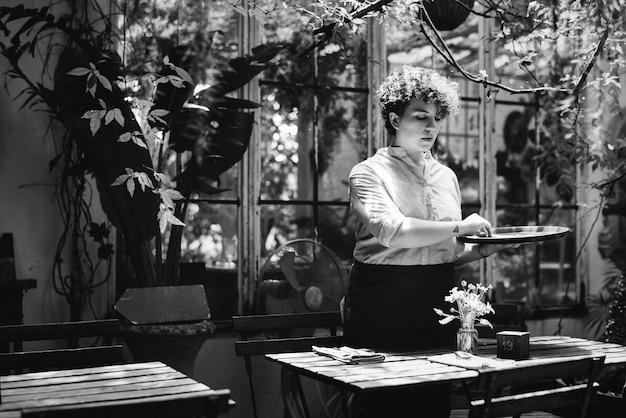 Женщина, упорядочивая цветы в теплице