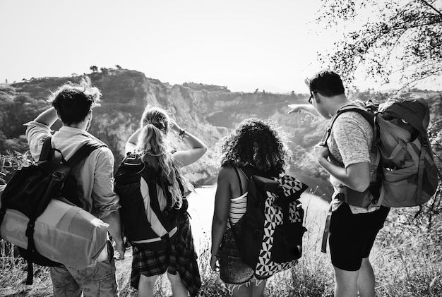 自然を旅する若いバックパッカー