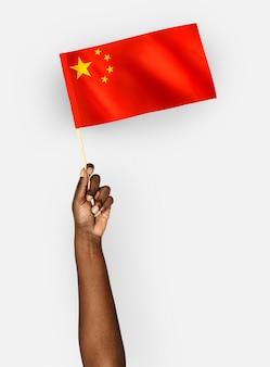 中華人民共和国の旗を振る人