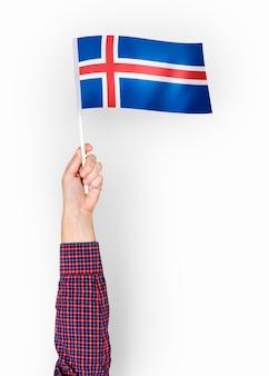 アイスランドの国旗を振っている人