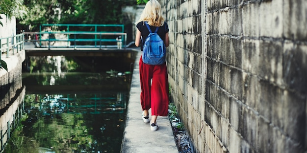 Женщина кавказский путешественник путешествие исследуйте концепцию канала