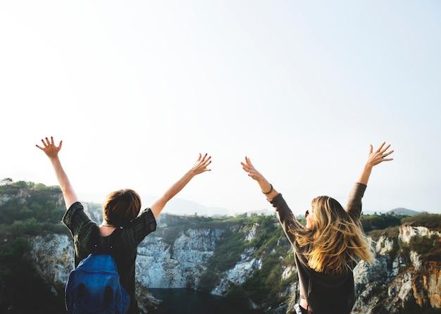 Концепция молодых женщин в путешествиях