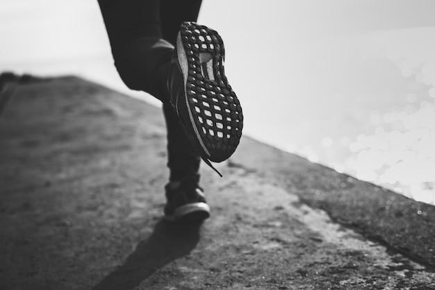 実行中の靴のクローズアップ