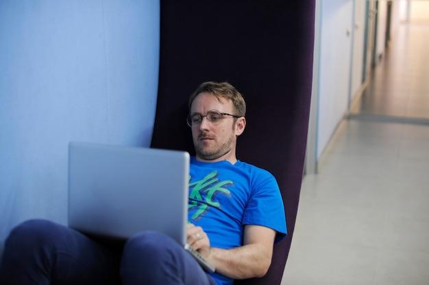 コンピュータのラップトップを使用している白人の男
