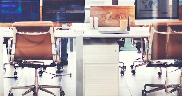 金融情報オフィスワークスペースを表示するコンピュータ画面