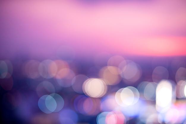 夜の街の街並みのぼやけた風景