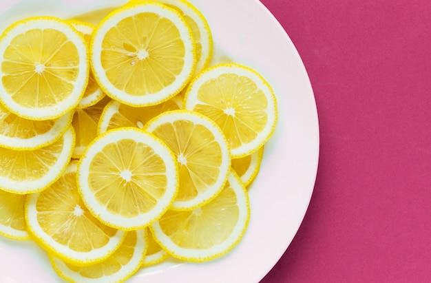 スライスされたレモンの背景のプレートの拡大
