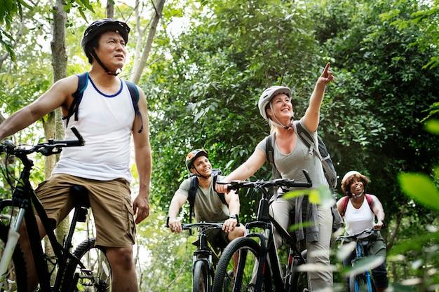一緒に自転車に乗っている友達のグループ