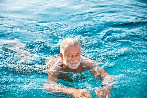 スイミングプールで成熟した男